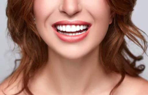 Bouche de femme qui sourit à pleines dents