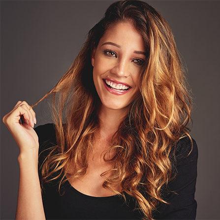 Femme souriante avec longs cheveux blonds