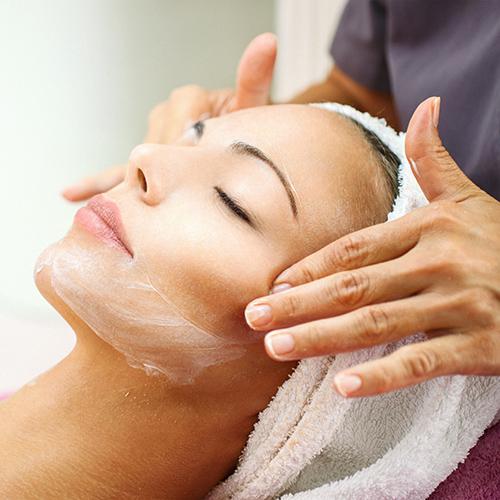 Femme pendant un soin peeling du visage