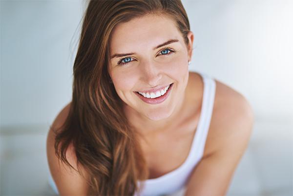 Visage de femme souriant