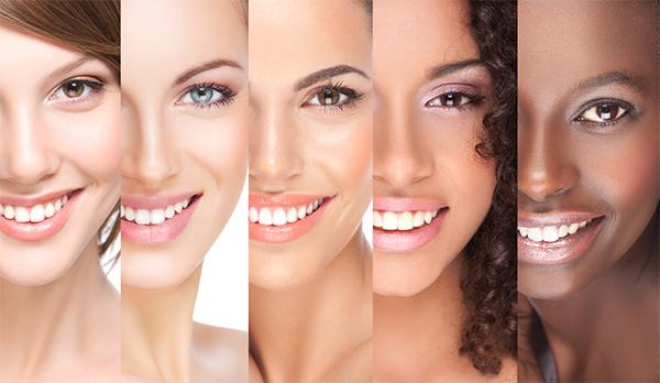 Visages de femmes souriantes avec dents blanches